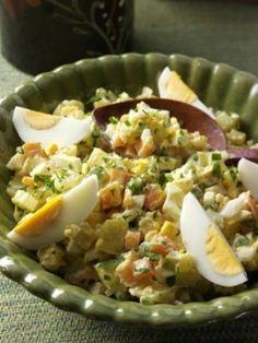Lehký bramborový salát recept. Jistě nejoblíbenější salát, který nesmí chybět na vánoční tabuli. Tak to je přece bramborový salát.