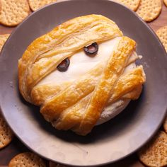 Thanks to puff pastry, your basic baked brie becomes a totally spooky Halloween appetizer. Thanks to puff pastry, your basic baked brie becomes a totally spooky Halloween appetizer. Halloween Appetizers, Appetizers For Party, Simple Appetizers, Plat Halloween, Spooky Halloween, Halloween Decorations, Cheese Appetizers, Appetizer Recipes, Cheese Recipes