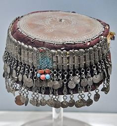 A 'tepelikli fes' (festive woman's hat with metal/silver cover). From the Yörük and Türkmen villages of the Çukurova plain (east of Adana). Late-Ottoman era, ca. On exhibit in the Tarsus Museum. Folk Clothing, Clothing And Textile, Jli Kurdi, Turkish Decor, Turkish Fashion, Turkish Jewelry, Tribal Jewelry, Traditional Outfits, Hats For Women