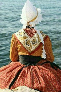 France Outfits, Costumes Around The World, Quilting, Folk Costume, Textiles, Ethnic Fashion, Traditional Dresses, Gowns, Female