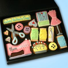 Sewing Kit cookie gift box - Hand decorated cookies presented in a premium gift box.Medium Sewing Kit cookie gift box - Personalise the sewing machine in this cookie gift box for seamstresses and seamters! Mother's Day Cookies, Fancy Cookies, Iced Cookies, Cute Cookies, Royal Icing Cookies, Sugar Cookies, Cupcakes, Cupcake Cookies, Iced Biscuits