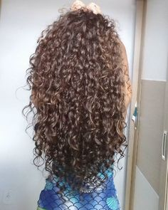 In the world of hair, there are many hairstyles that can be worn by a wide variety of hair types. Those who have long, curly hair can really try out some interesting styles with their beautiful loc… Big Curly Hair, Long Curly, Wavy Hair, Curly Hair Styles, Natural Hair Styles, Permed Hairstyles, Pretty Hairstyles, Puffy Hair, Girl Hair Colors