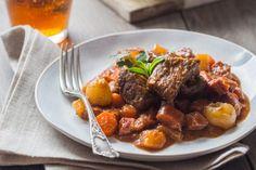 Un bon plat d'hiver longuement mijoté avec plein de légumes et une bonne sauce réduite, vous allez fondre pour ce bœuf braisé!
