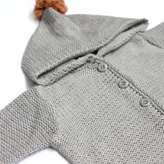 casaco bebê unissex de tricô cinza com capuz e pompom // verão tricô tricot roupa de tricô para bebê roupa de bebê romper pompom moda bebê menino menina macaquinho macacão inverno enxoval conforto bebê algodão maternidade mãe gravidez grávida newborn infantil conforto macio cardigan lookinho clean delicado blusa unissex