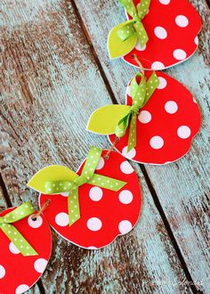 Adorable no-sew fabric apple garland craft. This would be so cute for a classroom! craft craft diy craft for kids craft no sew craft to sale Apple Garland, Fall Leaf Garland, Easy Crafts, Diy And Crafts, Crafts For Kids, Arts And Crafts, Fabric Crafts, Sewing Crafts, Fabric Outlet