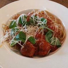 Spaghetti met gehaktballetjes  van Donna Hay HEMELS  spaghetti meatballs italianfood donnahay foodie Spaghetti And Meatballs, Meat Lovers, Japchae, Vegetable Recipes, Slow Cooker, Wraps, Lunch, Vegetables, Boursin