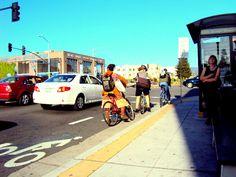 Ciclistas aos montes em todas as vias