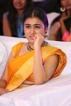 Shalini Pandey Actress Photos Stills Gallery Cute Beauty, Beauty Full Girl, Beauty Women, Beautiful Saree, Beautiful Indian Actress, Beautiful Women, Bengali Bridal Makeup, Saree Hairstyles, Massage Girl