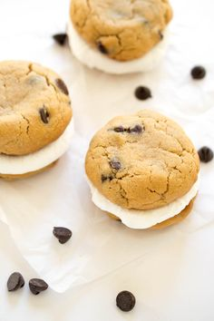 30 minute Chewy Peanut Butter S'mores Sandwich Cookies. Real marshmallow sandwiched between two peanut butter and chocolate chip cookies. No campfire needed! | chefsavvy.com #recipe #cookie #smores #peanut #chocolate