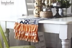 Love this Halloween table runner with ruffles. There's a tutorial on honeybearlane.com #DIY