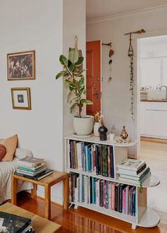 Ιδέες για αποθήκευση βιβλίων και πως να διακοσμήσεις τα ράφια σου Retro Home Decor, Interior, Home Remodeling, Cheap Home Decor, Home Decor, House Interior, Apartment Decor, Room Decor Bedroom, Melbourne Apartment