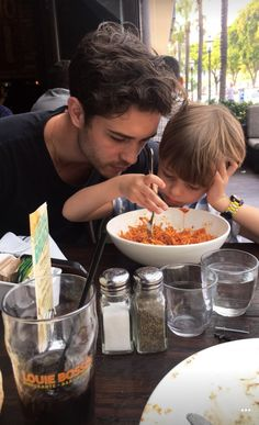 Chico and Milo Lachowski Cute Family, Baby Family, Family Goals, Cute Baby Pictures, Baby Photos, Family Photos, Francisco Lachowski, Father And Baby, Baby Daddy