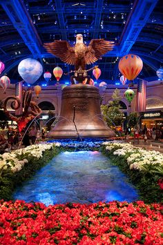 Bellagio Conservatory & Botanical Gardens Las Vegas The reason to think about a wall in your own garden is often a difference in height on the grounds. With retaining wall Las Vegas Grand Canyon, Bellagio Conservatory, Las Vegas Vacation, Hillside Garden, Las Vegas Nevada, Botanical Gardens, Travel Usa, Beautiful Places, Places To Visit