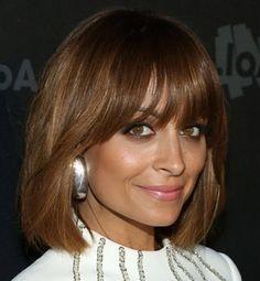 Straight short light brown hair with bangs - Capelli corti lisci castano chiaro con frangetta.