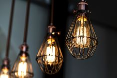 Light bulbs with a vintage design look amazing in industrial style lighting fixtures. We take a look at some of the best vintage Edison bulbs on the market. Industrial Style Lighting, Vintage Lighting, Antique Light Bulbs, Edison Lampe, Edison Bulbs, Retro Pictures, Types Of Lighting, Interior Design Tips, Led Lamp