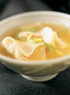 Ricardo recipe of won-ton soup. Traditional soup for any Asian meal, this won-ton soup is simple to prepare and can be kept for several months. Chinese Dumpling Soup, Dumplings For Soup, Pork Recipes, Asian Recipes, Cooking Recipes, Ethnic Recipes, Ravioli Soup, Wan Tan, Cooking Chinese Food