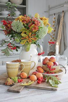 Jeg ELSKER høsten !   Det er da jeg mest kreativ og skapende,   og igjen er det gjerne blomster som   inspirerer ogbladene selvsagt på ...