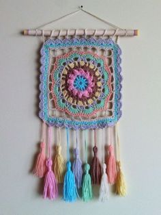 Decorando con humildes grannys cuadrados Learn the fact (generic term) of how to needlework (generic Crochet Wall Art, Crochet Wall Hangings, Crochet Home, Cute Crochet, Crochet Crafts, Yarn Crafts, Crochet Projects, Knit Crochet, Motif Mandala Crochet