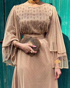 Hijab fashion look muslima Arab Fashion, Indian Fashion Dresses, Muslim Fashion, Modest Fashion, Look Fashion, Fashion Outfits, Dress Outfits, Classy Fashion, Hijab Outfit