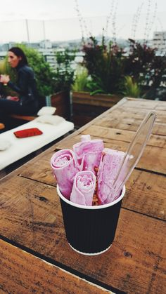 IceRoll-fruits-rouges-ice-cream-refreshed-nouvelle-expérience-de-crème-glacée-plaque-gelée-produits-de-qualité-dégustation-glace-Le-Perchoir-photo-by-united-states-of-paris-blog