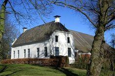 Eenrum - Boerderij Den Oever aan de Molenweg. In het voorhuis zit een middeleeuws steenhuis verborgen