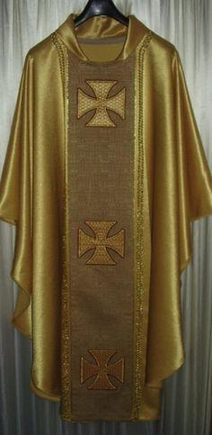 CASULLA DORADA : Confeccionada en tela dorado, con galón en tela de tapicería y cruces bordadas y aplicadas sobre el galón, pasamanería dorada acompañando el borde del galón en todo su perímetro, con cuello terminado en forma de capucha en la parte posterior | sanagustinorname