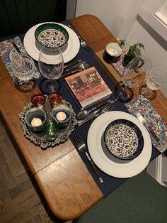 TV Beauté: Decoração na Quarentena: ideias para montar mesas improvisadas e lindas | Além da Beauté Tabletop, Table Settings, Tv, Fiestas, Ideas, Marseille, Table, Television Set, Place Settings