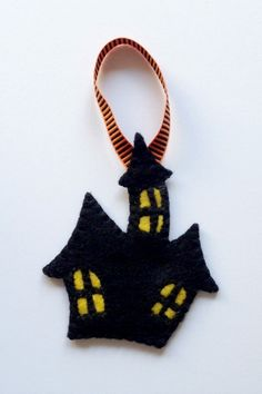Felt Halloween Ornaments Tutorial and Free Pattern - Haunted House - Felt With Love Designs Halloween Sewing, Fall Halloween, Halloween Crafts, Halloween Table, Halloween Signs, Halloween Stuff, Halloween Ideas, Adornos Halloween, Manualidades Halloween