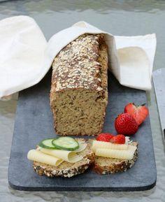 Proteinrikt havrebrød med chiafrø - LINDASTUHAUG Lchf, Food For Thought, Avocado Toast, Banana Bread, Protein, Food And Drink, Vegan, Baking, Snacks
