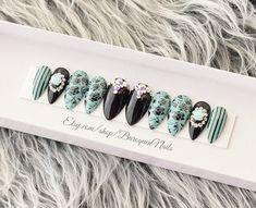baroquennails.etsy.com #nails #chromenails #acrylicnails #coffinnails #nailtech #shopping #manicure #glueonnails #falsenails #viral #beforeandafter #candynails #gelnails #celebnails #stilettonails #nailsofinstagram #makeup #pressons #nailart #luxurynails Nail Polish Stickers, New Nail Polish, White Nail Polish, Aqua Nails, Green Nails, Black Nails, Glue On Nails, My Nails, Nails First