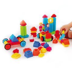 Les 85 pièces de ce jeu de construction Blocks sont légères et faciles à emboîter. L'enfant assemble ces pièces, de formes et de couleurs différentes. Et il invente des histoires avec les personnages de cette famille Blocks. Il peut construire une voiture, des édifices, tout ce qu'il souhaite. Avec la gamme Blocks, l'enfant développe sa dextérité et son imagination.