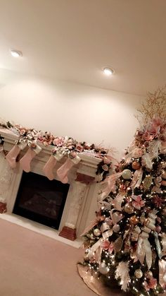 50 Rose Gold Christmas Decor Ideas so that your home tells a Sweet Romantic Story - Hike n Dip Rose Gold Christmas Decorations, Rose Gold Christmas Tree, Gold Christmas Ornaments, Christmas Tree Themes, Christmas Candles, Xmas Decorations, Christmas Holidays, Christmas Wreaths, Merry Christmas