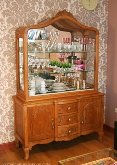 Proyecto acabado: la vitrina para nuestro sal�n [] Finished project: our new display cabinet Decoracion Vintage Chic, China Cabinet, Cupboard, My House, Vintage Fashion, Vintage Style, Sweet Home, Dining Room, Lights