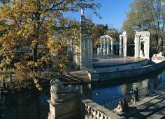 element kompleksu warszawskich Łazienek, Teatr na Wyspie, 2 poł. XVIII wieku; można dopatrywać się nawiązań do willi Hadriana; kompleks teatralny z widownią, sceną, kanałem oraz garderobą realizował niestrudzony Dominik Merlini