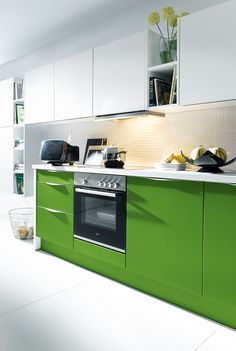Our Schüller kitchens come in a variety of colours. Be bold and go for green doors on your modern kitchen Kitchen Cabinet Colors, White Kitchen Cabinets, Interior Exterior, Interior Design, Handleless Kitchen, German Kitchen, Kitchen Showroom, Shabby, N21
