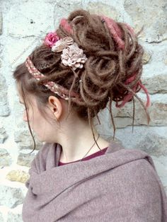Des guirlandes dans les cheveux pour l'hiver, Frisuren, my synthetic dreads for this winter: blond with old pink and platinum accents! Goddess Hairstyles, Dreadlock Hairstyles, Scarf Hairstyles, Cute Hairstyles, Wedding Hairstyles, Chingon Hair, Synthetic Dreadlocks, Dreads Girl, Dreads Styles