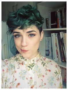 Do you like your wavy hair and do not change it for anything? But it's not always easy to put your curls in value … Need some hairstyle ideas to magnify your wavy hair? Short Green Hair, Short Hair With Bangs, Short Hair Cuts, Pixie Cuts, Dyed Pixie Cut, Colored Short Hair, Shaved Pixie Cut, Lesbian Hair, Androgynous Haircut