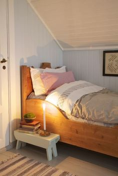 Cozy Small Bedroom Design Idea Lighting is one of the key points in cozy small bedroom tips. Natural light from the window is gorgeous during the day. However, in the night it is important to keep it in a soft, dimmed mood. A bedsi Cozy Small Bedrooms, Small Bedroom Designs, Cozy Bedroom, Small Rooms, Small Spaces, Bedroom Decor, Bedroom Ideas, Bedroom Small, Bedroom Inspiration