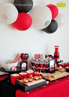 sushi-table---Ninja-Party-by-Fete-15 Chinese Theme Parties, Chinese Party, 30th Birthday Party Themes, Panda Birthday Party, Japanese Birthday, Japanese Party, Asian Party Decorations, Festa Ninja Go, Karate Birthday