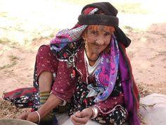 Photo: مساء الخير يا أصدقاء! Bonne après midi les amis! Good afternoon friends! - Certes, elle n'est pas ma grand-mère mais elle est sont portrait craché! C'est la femme algérienne belle et merveilleuse, c'est la femme Chaouia qui est la fierté à son pays. C'est la femme qui a enduré des supplices lors de la guerre sans jamais se plier, c'est la femme qui s'est réfugiée dans les montagnes de l'Aurès pour protéger ses enfants, sa dignité et son honneur. Ce n'est pas évident que je lui…