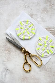 Learn how to make your own rope coasters! | Easy DIY Coaster tutorial over on www.abeautifulmess.com | @elsiecake