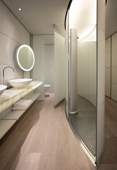 The Hotel Silken Puerta América in Madrid is an innovative project that involved numerous architects and designers. Norman Foster designed the interior of the second floor.