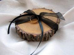 Une rondelle de bois et un ruban pour présenter les alliances.
