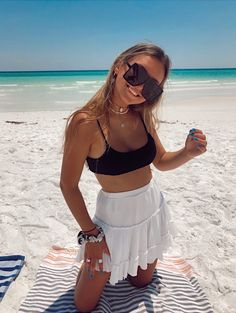 Cute Preppy Outfits, Trendy Summer Outfits, Cute Beach Outfits, Beach Photography Poses, Beach Poses, Cute Beach Pictures, Summer Poses, Shotting Photo, Cute Bathing Suits