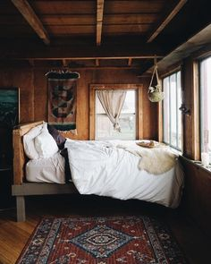 Cabin In The Woods, Wooden Cabins, Kabine, Cabin Interiors, Cozy Corner, Cozy Cabin, Cabin Homes, Luxurious Bedrooms, My New Room