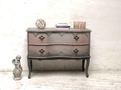 #paintedfurniture #chalkpaint #shabby #möbeleben #kreidefarbe #handbemalt #möbel #unikat #upcycling #einzelstück #design #upcycled #nachhaltig #nachhaltigkeit #vintage #möbeldesign #möbelmalerei #möbelkunst Modern, Dresser, Shabby Chic, Furniture, Antiques, Vintage, Home Decor, Sustainability, Repurpose
