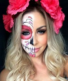 ▷ 1001 + Halloween make-up tips for your healthy skin.- ▷ 1001 + Halloween Schminktipps, die für Ihre gesunde Haut sorgen simple halloween costumes, inspiration from mexico, carnival style skull half face, roses in the hair - Candy Skulls, Candy Skull Makeup, Candy Skull Face Paint, Half Skull Face Paint, Costume Halloween, Halloween Makeup Looks, Halloween Skull, Halloween Makeup Sugar Skull, Vintage Halloween