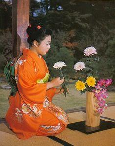 El Ikebana es el arte floral japonés. Proviene de una antigua tradición que tenían los budistas chinos de hacer ofrendas florales a Buda. Fue durante el s. VI en el que los misioneros chinos que se fueron a Japón dieron a conocer este arte. A partir de entonces y hasta el s. XV el Ikebana en un principio consistía en una sencilla ofrenda floral (incluso a veces sólo se ofrendaban los pétalos, como por ejemplo en la India).