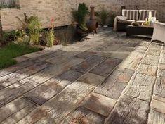 steinplatten-terrasse-terrassenplatten-holzoptik-wasser-teich-zaun-kalkstein