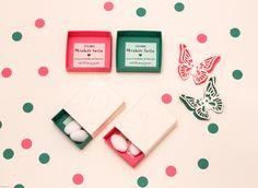 Bomboniere con Farfalle nei colori Verde e Fucsia modello Matchbox. Metti mi piacesulla mia pagina Facebook: Scrivimi:info@vampyba.it Download Bigliet…